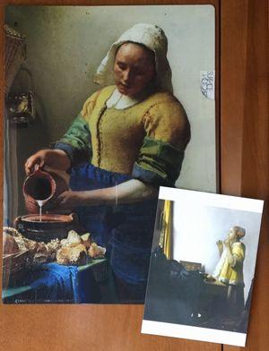 牛乳を注ぐ女のクリアファイルと真珠の首飾りの女のポストカードです。