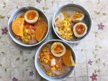 残った3色サラダに酢じょうゆ卵とオレンジを添えました。