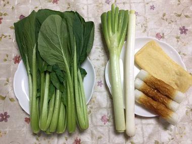 小松菜1束、ねぎ1本、油揚げ1枚、ちくわ3本です。