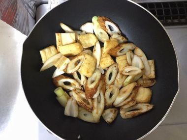 焼き肉のたれとチリソースで味をつけたちくわとねぎと油揚げです。