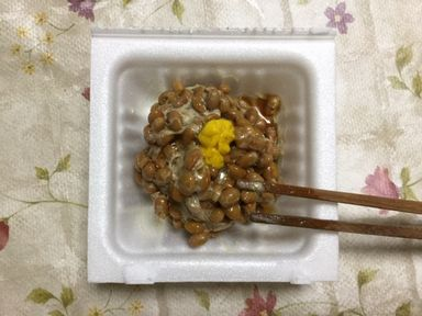 納豆にからしとしょうゆを加えます。