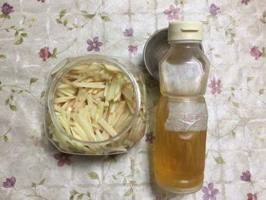 保存容器に新ショウガを入れて梅酢(白)を注ぎ入れます。