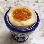 半分に切って器に盛った酢卵です。