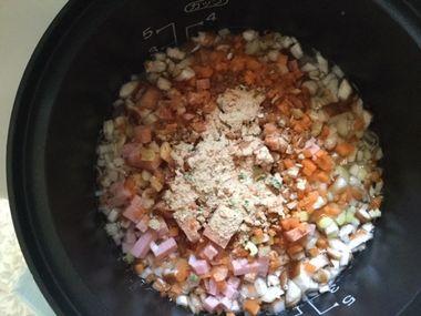 炊飯器に、刻んだ野菜とチャーハンの素を入れたところです。