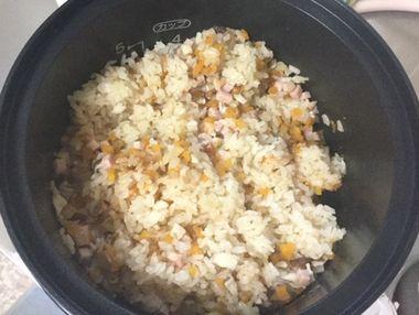 炊きあがったチャーハンの素ご飯を混ぜたところですです。