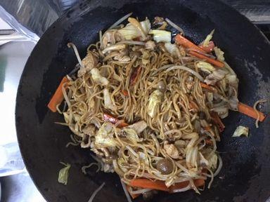 ソースの素と麺と野菜を混ぜ混ぜします。