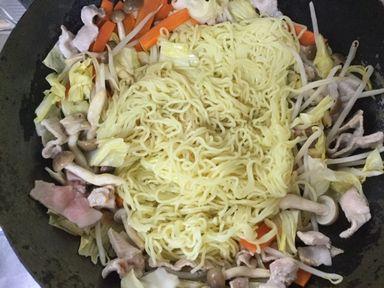 焼きそばの麺の上下を返すようにまぜまぜほぐしほぐし。