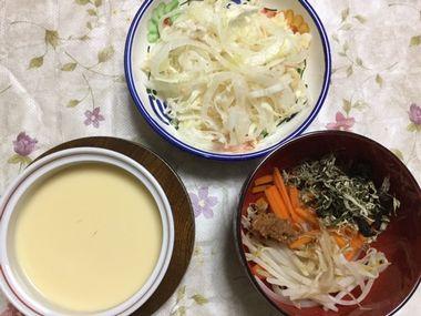 器に盛ったサラダと、茶わん蒸し、お湯を入れる前の即席みそ汁です。