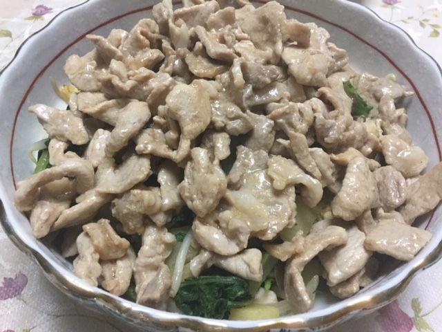 大根葉の野菜炒めの上に、炒めたお肉をのっけました。