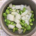 刻んだ切餅と合わせた枝豆とらっきょうです。