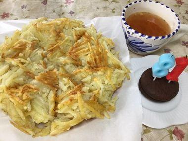 切り分けた誕生部(ハッシュドポテト)ケーキとにんじんスープ、81のろうそくを立てたチョコパイです。