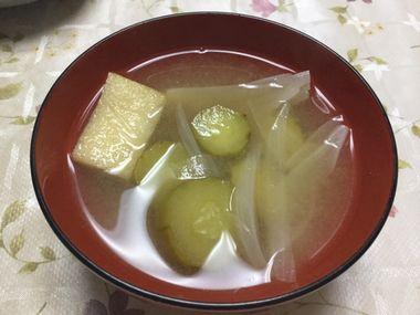 らっこが作ったきゅうりと玉ねぎのお味噌汁です。油あげも浮かんでいます。
