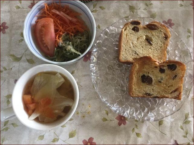 らっこが作ったレーズンパンとサラダの昼食です。