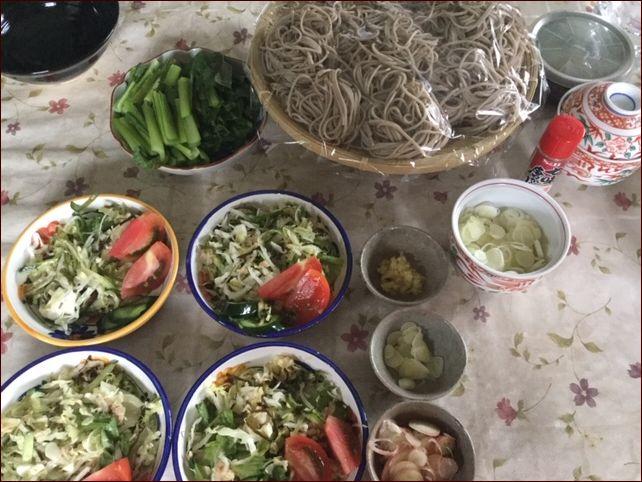 茹でたお蕎麦とサラダに薬味のお皿が並んでいます。