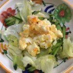 らっきょう入りの卵サラダをレタスの上に盛っています。