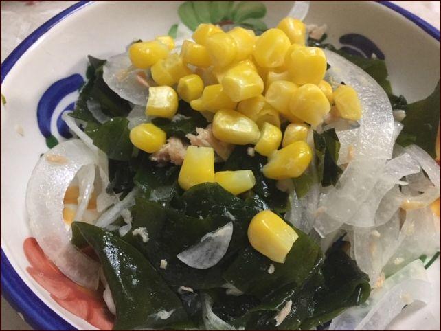 らっこが作ったツナ玉わかめサラダにコーンをかけたものです。