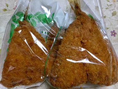 ツレ(こーぎー)が買って来てくれたアジフライです。袋に4枚入っています。
