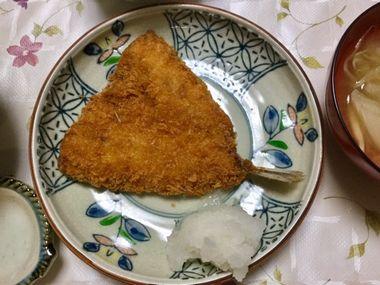 こーぎー家の夕飯のアジフライです。らっこがレンジで温めました。こぎ母が用意してくれた大根おろしと一緒にいただきます。