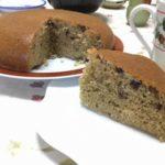 炊飯器で焼きた小豆ケーキを切り分けました。