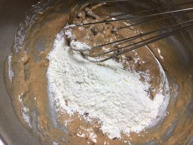 卵と小豆に粉類のもう1/3を加えました。