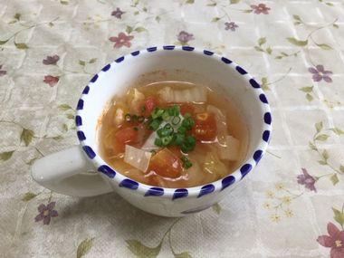 スープカップに注いで、小葱を散らした白菜の漬物とトマトのスープです。