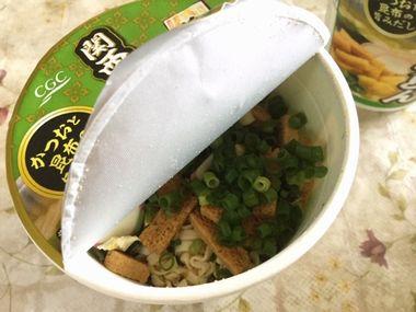 カップうどんに、本物の小葱を追加して入れました。