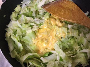 キャベツを炒めたところに、マヨネーズをたっぷり入れた溶き卵を加えたところです。