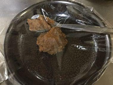 ちょこっと残ったお味噌です。ナスを炒めて味噌味にしようかと思ったのですが、結局お味噌は使いませんでした。