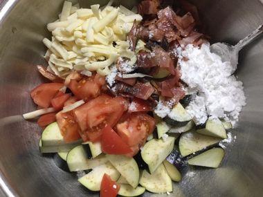 ナス、トマト、ピザ用チーズ、焼いたベーコン、片栗粉、塩をボールに入れました。