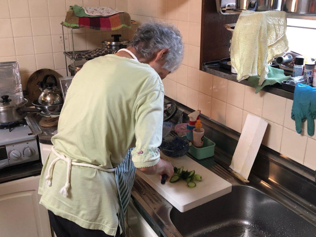 料理をする母