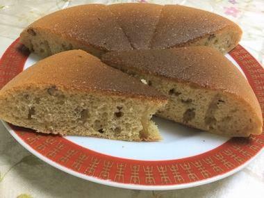 らっこがちょちょいと作ってフライパンで焼いた小豆の和風ケーキです。
