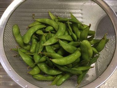 ざるに上げた冷凍食品の枝豆です。