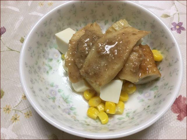 らっこが作った豆腐サラダに生姜のゴマ味噌漬けをのっけています。