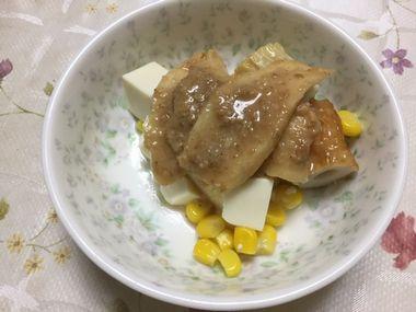 らっこが作った豆腐サラダを、小皿によそって生姜のゴマ味噌漬けをのせたところです