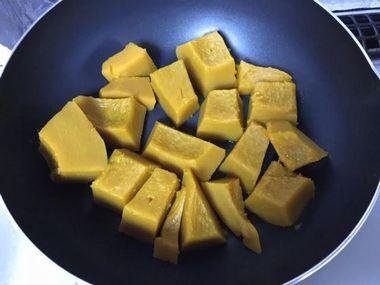 焦げ付きにくいフライパンに並んだ蒸かしかぼちゃです。