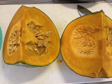 1/4かぼちゃが二切れ、まな板の上にあります。