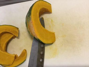 かぼちゃを切っています。