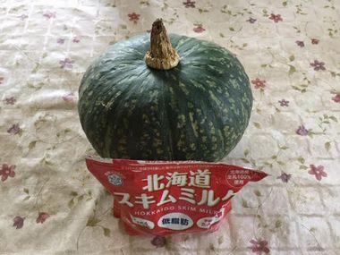 立派なかぼちゃと北海道スキムミルクを並べて撮影した写真です。