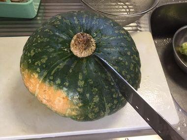 かぼちゃの軸の際に包丁の先端が刺さっています。