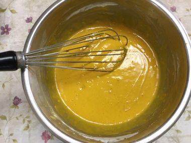 かぼちゃのパンケーキの生地にサラダ油を加えたところです。