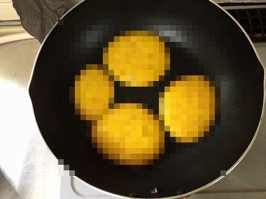 かぼちゃのパンケーキの表面のブツブツが見えないように、モザイク処理をした画像です。