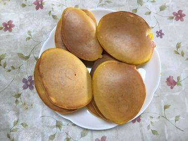 お皿に盛ったかぼちゃのパンケーキです。
