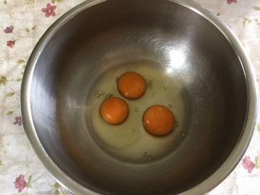 ボークに割り入れられた卵3個です。