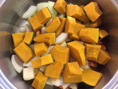 かぼちゃシチューを作っています。ひと口大に切った野菜がお鍋に入っています。
