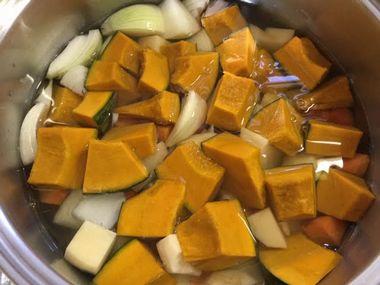 野菜がはいいたお鍋に、900mlの水が入っています。