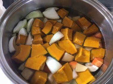 野菜と水がたっぷり入ったお鍋です。