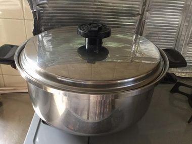 鍋にふたをして煮込んでいる様子です。