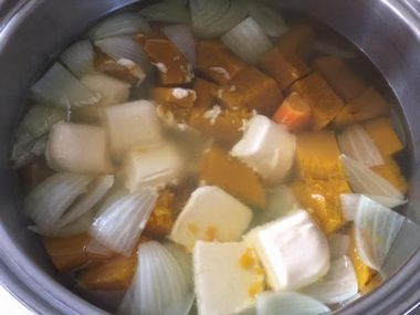 煮えた野菜のお鍋にシチューのルウを入れたところです。