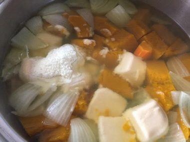 シチューのお鍋にルウとスキムミルクが入っている様子です。