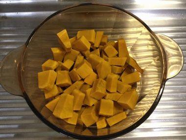 皮をむいて角切りにしたかぼちゃがお鍋に入っています。